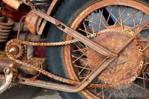 Cuidados com moto encostada na garagem